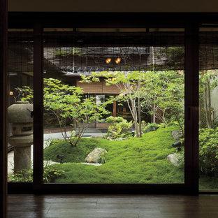 Exempel på en stor asiatisk trädgård i full sol, med grus