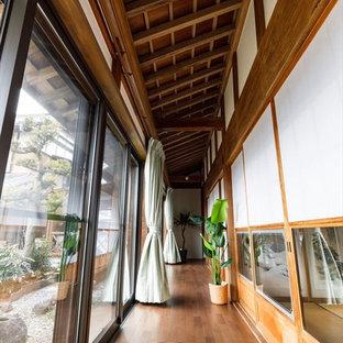 他の地域の和風のおしゃれな廊下 (無垢フローリング、茶色い床) の写真
