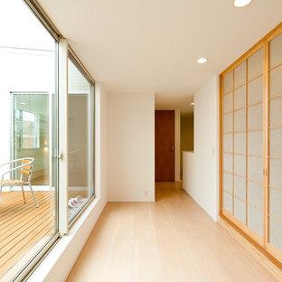 他の地域のアジアンスタイルのおしゃれな廊下 (白い壁、淡色無垢フローリング、ベージュの床) の写真