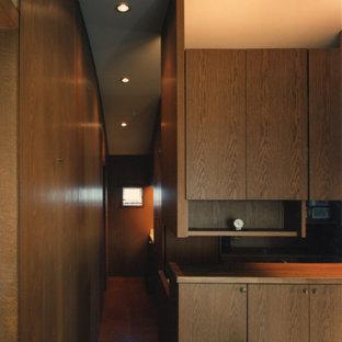 Réalisation d'un couloir asiatique de taille moyenne avec un mur marron, un sol en liège et un sol marron.