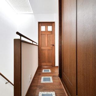 他の地域, のトラディショナルスタイルの廊下の写真 (白い壁、濃色無垢フローリング、茶色い床)