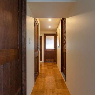 東京23区のトラディショナルスタイルのおしゃれな廊下 (無垢フローリング、茶色い床、白い壁) の写真