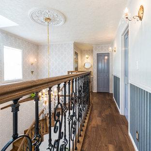 他の地域のヴィクトリアン調のおしゃれな廊下 (グレーの壁、無垢フローリング、茶色い床) の写真