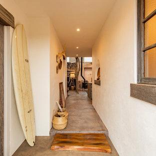 横浜のアジアンスタイルのおしゃれな廊下 (白い壁、コンクリートの床、グレーの床) の写真