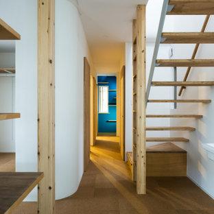Exemple d'un petit couloir moderne avec un mur blanc, un sol en liège, un sol marron, un plafond en lambris de bois et du lambris de bois.