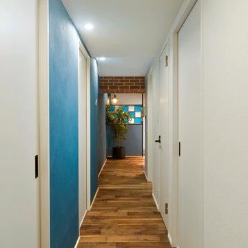 ターコイズブルー色の壁と赤レンガ