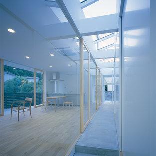 他の地域のコンテンポラリースタイルのおしゃれな廊下 (白い壁、コンクリートの床、グレーの床) の写真