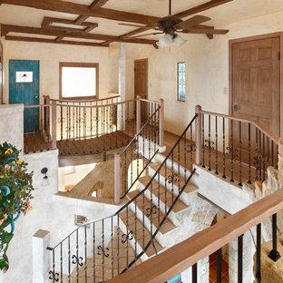 他の地域のシャビーシック調のおしゃれな廊下 (ベージュの壁、無垢フローリング、茶色い床) の写真