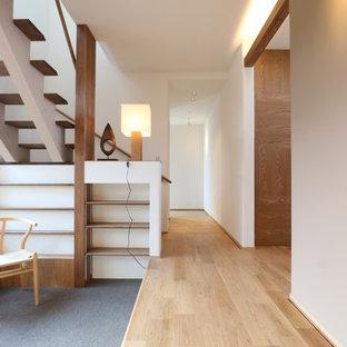 他の地域のアジアンスタイルのおしゃれな廊下 (白い壁、淡色無垢フローリング、茶色い床) の写真