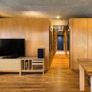 他の地域のインダストリアルスタイルのおしゃれな廊下 (茶色い壁、無垢フローリング、茶色い床) の写真