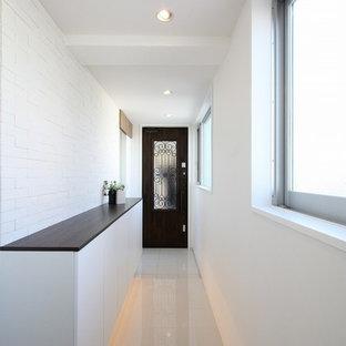 東京23区のコンテンポラリースタイルのおしゃれな廊下 (白い壁、大理石の床、白い床) の写真