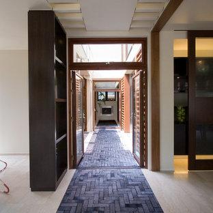 東京23区のトラディショナルスタイルのおしゃれな廊下 (グレーの床、白い壁) の写真