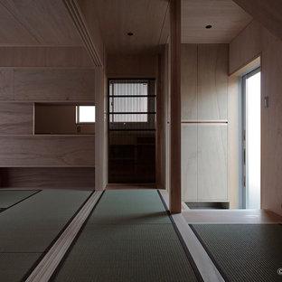 Exemple d'un couloir avec un mur marron, un sol vert et un plafond en bois.