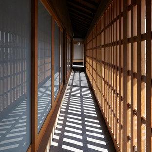 Свежая идея для дизайна: коридор в восточном стиле с бетонным полом - отличное фото интерьера