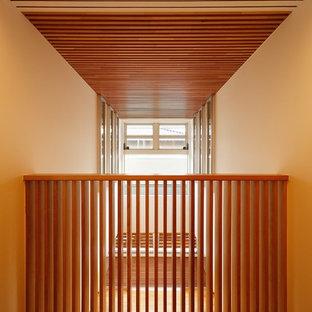 Idées déco pour un grand couloir contemporain avec un mur blanc, un sol en bois clair, un sol beige et un plafond en bois.