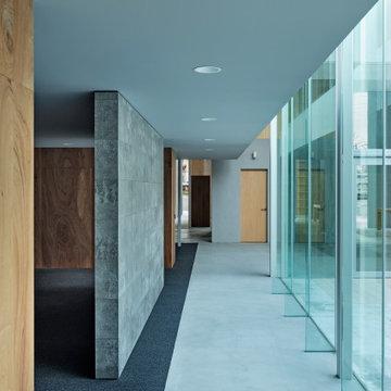 事務所へ向かう廊下。左手には会議室が。