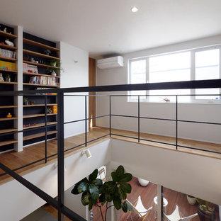 他の地域のモダンスタイルのおしゃれな廊下 (白い壁、無垢フローリング、茶色い床) の写真