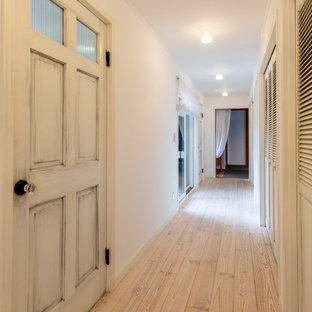 На фото: коридор в стиле шебби-шик с белыми стенами, светлым паркетным полом, белым полом, потолком с обоями и обоями на стенах с