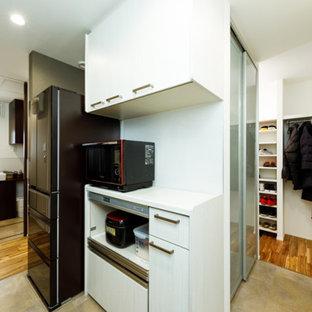 Идея дизайна: маленький коридор в стиле модернизм с белыми стенами, полом из керамогранита, бежевым полом, потолком с обоями и обоями на стенах