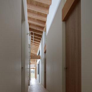 他の地域のコンテンポラリースタイルのおしゃれな廊下 (白い壁、淡色無垢フローリング、ベージュの床) の写真