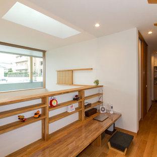 Foto de recibidores y pasillos papel pintado y papel pintado, minimalistas, de tamaño medio, con paredes blancas, suelo de contrachapado, suelo marrón, papel pintado y papel pintado