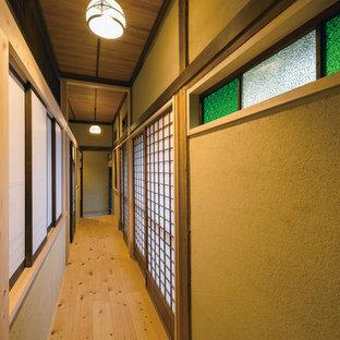 他の地域の和風のおしゃれな廊下 (茶色い壁、無垢フローリング、茶色い床) の写真