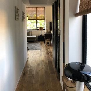 Cette image montre un petit couloir minimaliste avec un mur blanc, un sol en bois brun, un plafond en lambris de bois et du lambris de bois.