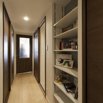 占有スペースの有効活用で廊下に飾り棚を造作