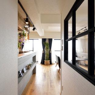 東京23区の小さいコンテンポラリースタイルのおしゃれな廊下 (白い壁、無垢フローリング、茶色い床) の写真