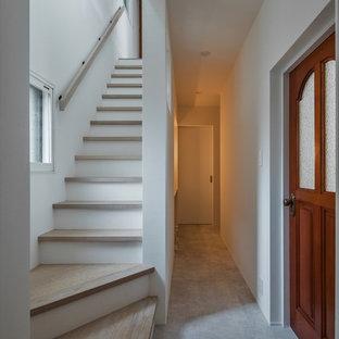 他の地域のコンテンポラリースタイルのおしゃれな廊下 (白い壁、淡色無垢フローリング、グレーの床) の写真