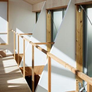 Пример оригинального дизайна: маленький коридор в стиле модернизм с коричневыми стенами, полом из фанеры, коричневым полом, деревянным потолком и деревянными стенами