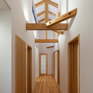 他の地域の小さい和風のおしゃれな廊下 (白い壁、淡色無垢フローリング、ベージュの床) の写真
