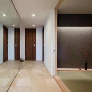 東京23区の和風のおしゃれな廊下 (白い壁、大理石の床、ベージュの床) の写真