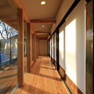 他の地域の中くらいの和風のおしゃれな廊下 (白い壁、無垢フローリング、茶色い床) の写真