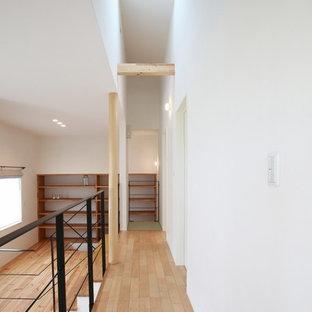 На фото: коридор в восточном стиле с белыми стенами, светлым паркетным полом и бежевым полом