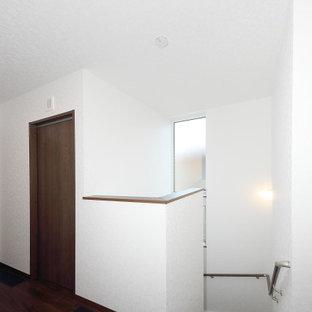 Inspiration för en hall, med vita väggar, plywoodgolv och brunt golv