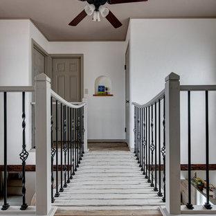 他の地域のトラディショナルスタイルのおしゃれな廊下 (塗装フローリング、グレーの床) の写真