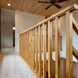 Пример оригинального дизайна: большой коридор в стиле модернизм с белыми стенами, светлым паркетным полом и деревянным потолком