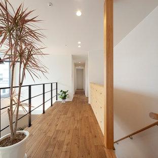 他の地域の北欧スタイルのおしゃれな廊下 (白い壁、茶色い床、無垢フローリング) の写真