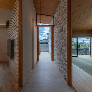Idée de décoration pour un couloir asiatique de taille moyenne avec un mur beige, un sol en marbre et un sol violet.