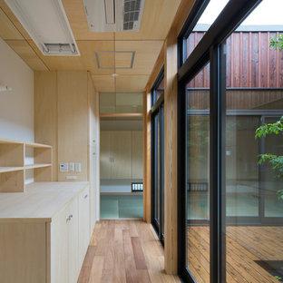 大阪の和風のおしゃれな廊下 (白い壁、淡色無垢フローリング、茶色い床) の写真