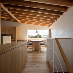 Idee per un ingresso o corridoio minimalista con pareti bianche, pavimento in legno massello medio e pavimento marrone