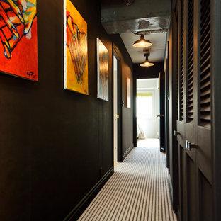 東京都下のトランジショナルスタイルのおしゃれな廊下 (黒い壁、カーペット敷き) の写真