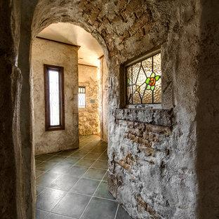 他の地域の小さいトラディショナルスタイルのおしゃれな廊下 (茶色い壁、黒い床) の写真