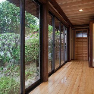 他の地域のアジアンスタイルのおしゃれな廊下 (茶色い壁、無垢フローリング、茶色い床) の写真