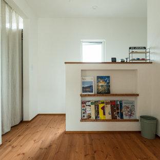 他の地域のアジアンスタイルのおしゃれな廊下 (白い壁、無垢フローリング、マルチカラーの床) の写真