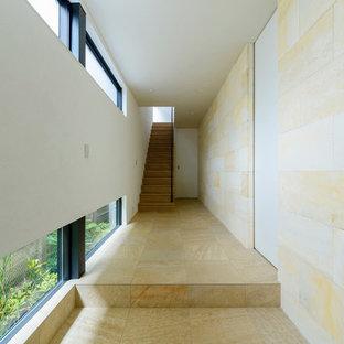 東京23区のアジアンスタイルのおしゃれな廊下 (ベージュの壁、無垢フローリング、茶色い床) の写真