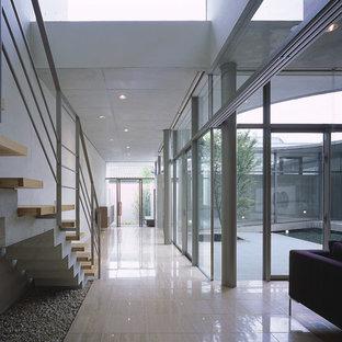他の地域の中サイズのモダンスタイルのおしゃれな廊下の写真