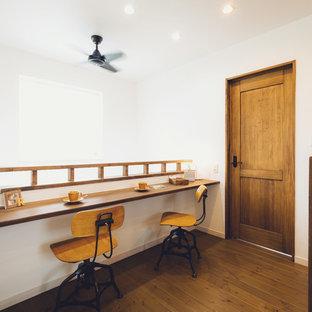 Modelo de recibidores y pasillos campestres, pequeños, con paredes blancas, suelo de madera en tonos medios y suelo marrón