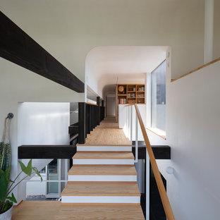 福岡のアジアンスタイルのおしゃれな廊下 (白い壁、淡色無垢フローリング、ベージュの床) の写真